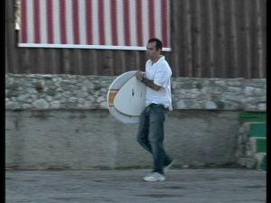 Dalexis Gonzaléz recoge las antenas camufladas en tablas de surf