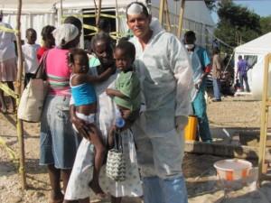 Médico cubano  con pacientes recuperados del cólera en Haití