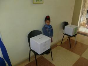 Los niños custodian las urnas eb Cuba
