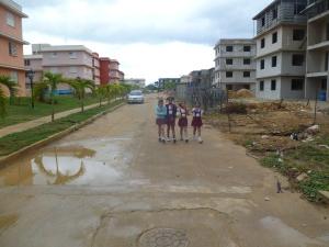 Elecciones en Cuba, niños acuden temparno a custodiar el colegio electoral