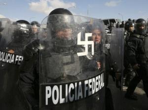 """Un policía en México """"adorna"""" su escudo"""