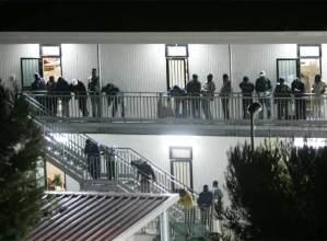 Inmigrantes en el centro de recepción de la isla de Lampedusa junto a  Sicilia Reuters.jpg