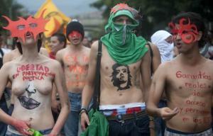Estudiantes marchan desnudos