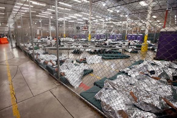 Niños detenidos después de entrar ilegalmente a Estados Unidos duermen en una celda en Nogales, Arizona,