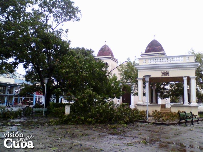 """Efectos del paso del Huracán """"Sandy"""" por la ciudad de Holguín en octubre de 2012. Glorieta del parque """"Julio Grave de Peralta"""". VDC FOTO/Luis Ernesto Ruiz Martínez."""