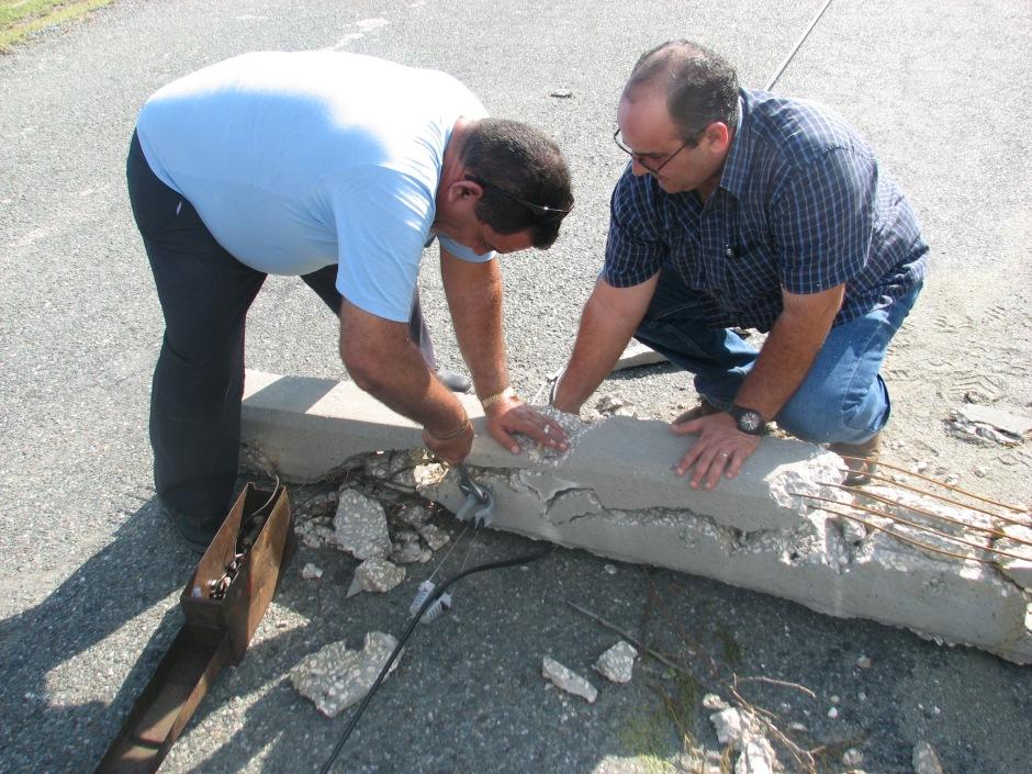Omar e Iglesias salvando un cable de fibra óptica