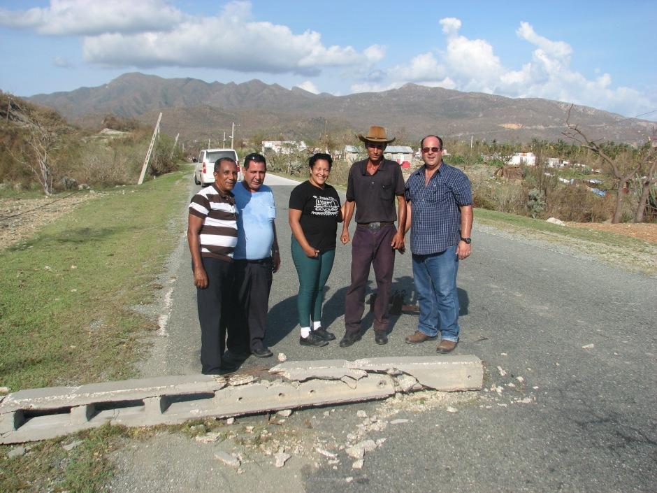 Protegiendo un cable de fibra óptica en la carretera sur cerca de San Antonio: Mayra Arevich, Eduardo, Iglesias, Omar y un campesino de la zona