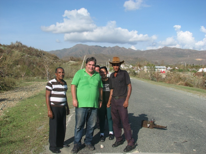 Protegiendo un cable de fibra óptica en la carretera sur cerca de San Antonio: Mayra Arevich, Eduardo, Capote, Omar y un campesino de la zona
