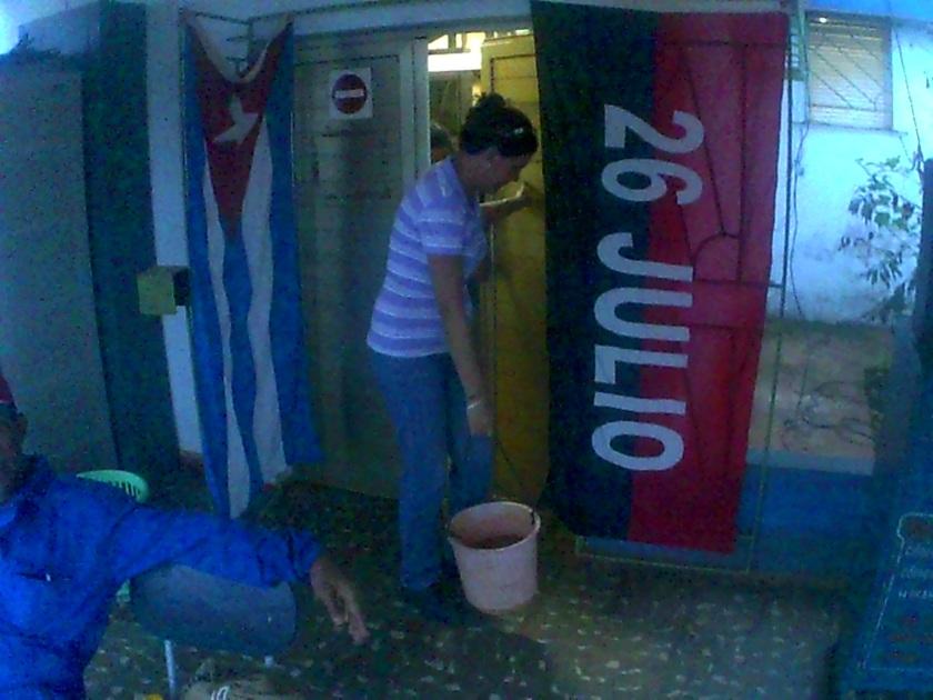 Odalys Rodriguez del Toro, directora central de División La Habana de Etecsa. colabora con la limpieza en el Centro de Comunicaciones y alberque improvisado durante la recuperación de Matthew
